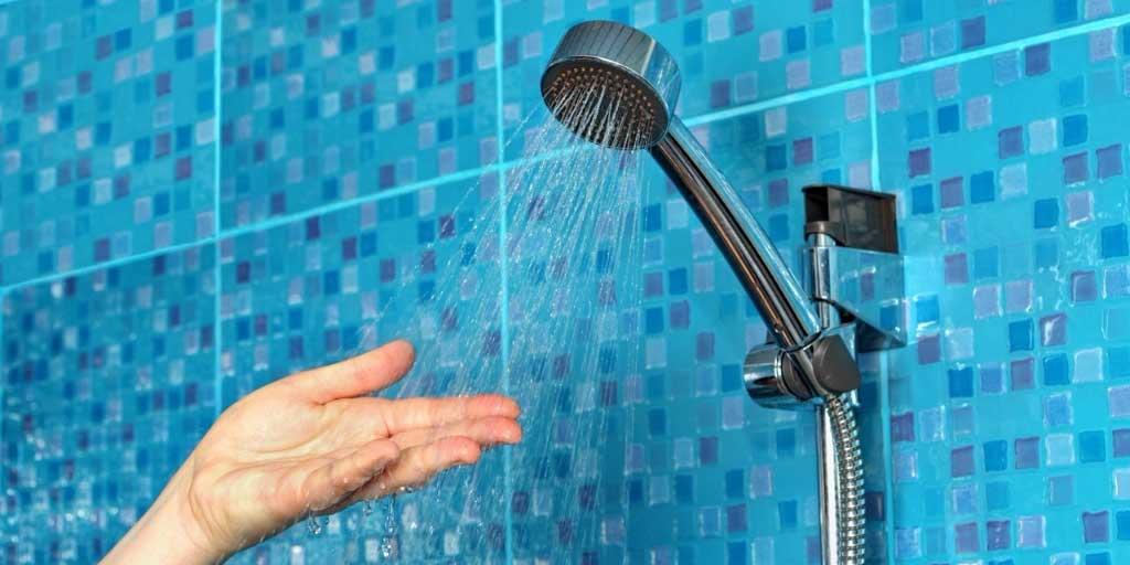 beneficios de ducharse con agua caliente de noche