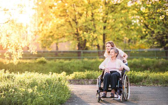 Cómo hacer feliz a una persona mayor dependiente
